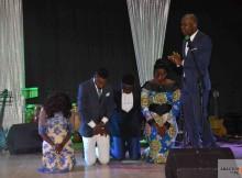 Pastor Maiomona Afonso esteve no evento e intercedeu pelos músicos.