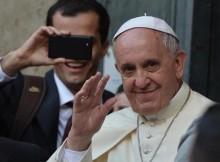 Papa Francisco critica uso de telefones durante a missa