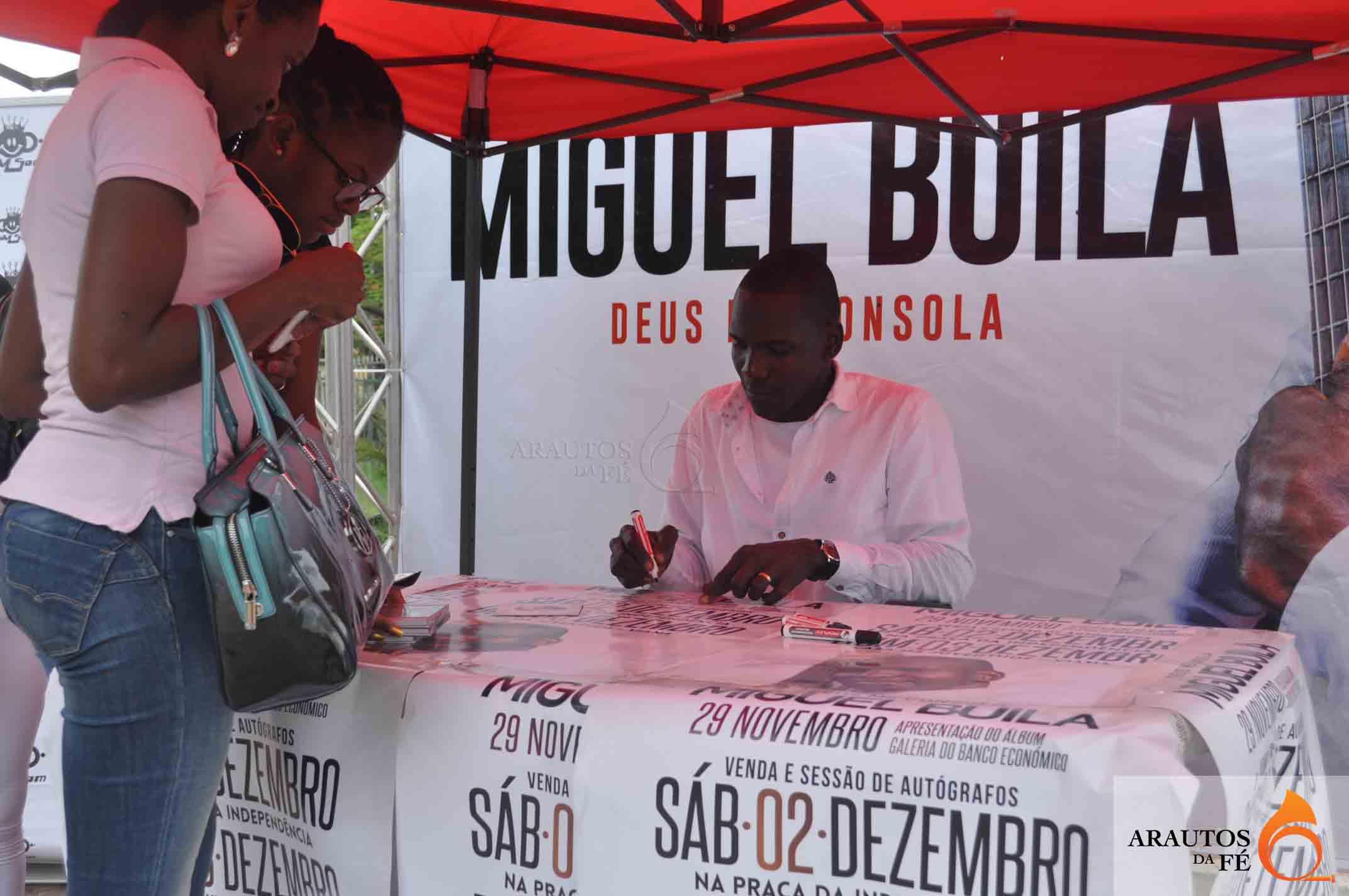 Miguel Buila está a autografar o seu mais recente CD