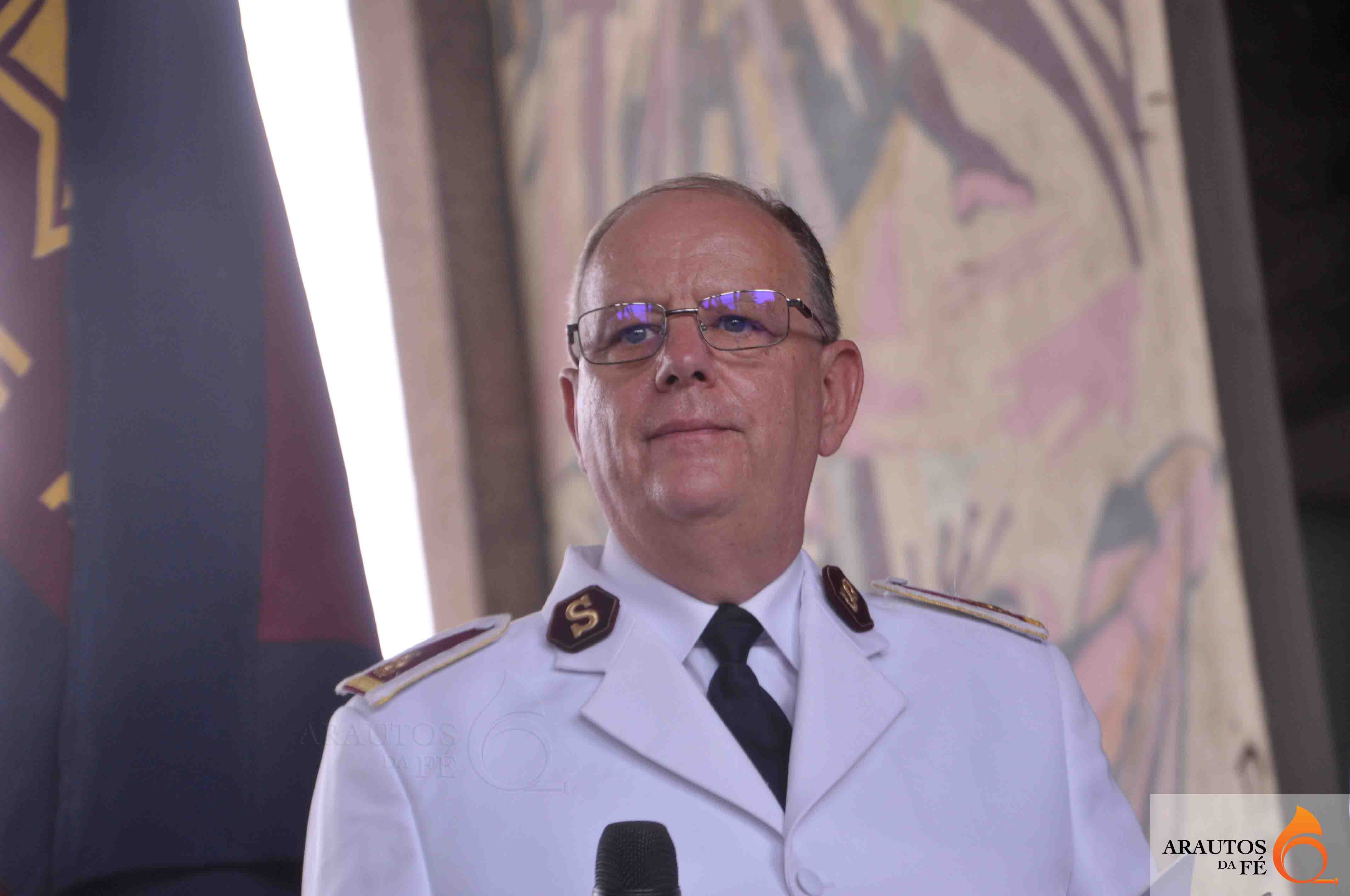 General Cox exortou cristãos a não se focarem em coisas materiais. (Foto: Jaime Chiquito)