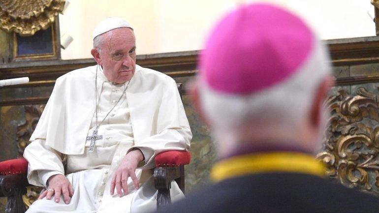 O Papa Francisco está a ser alvo de críticas, até no topo da Igreja Católica.
