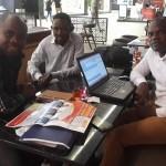 Reverendo Adriano Kilende, Faria Cameria e Daniel Vunje m amena conversa. (Foto: gentileza Rev. Kilende)