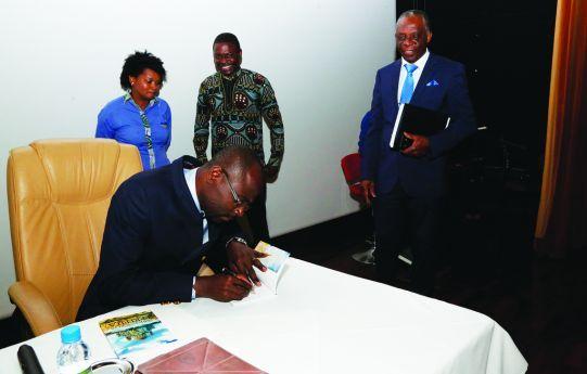 O Pastor quando autografava exemplares da obra apresentada durante uma cerimónia decorrida numa unidade hoteleira