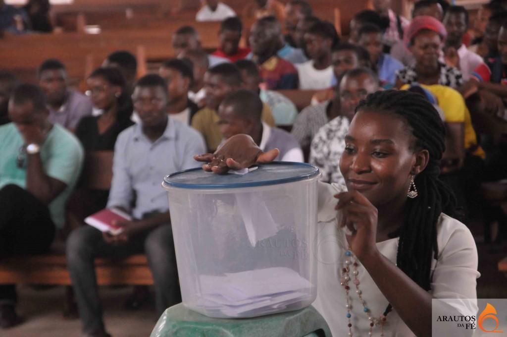 Alice Lopes, Directora cessante, no momento em que exercia o seu direito de votar. (Foto: Jaime Chiquito)