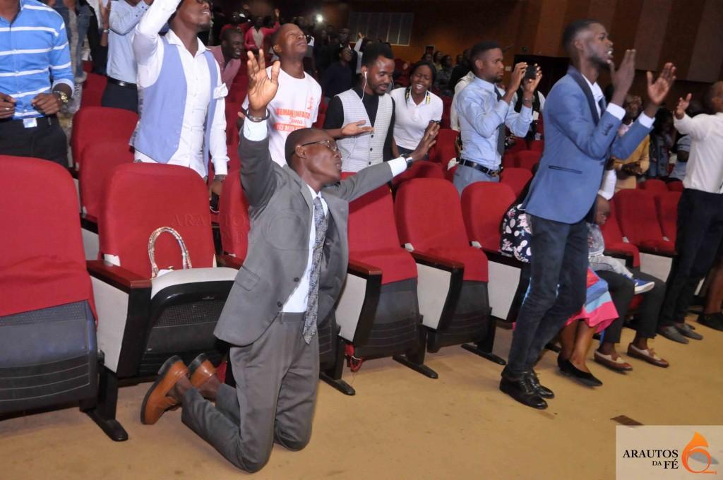 Várias centenas de pessoas estiveram no CCB para adorar a Deus. (Foto: Jaime Chiquito)