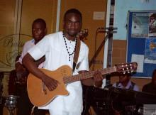 José Samoda é um artista polivalente que toca vários instrumentos musicais.