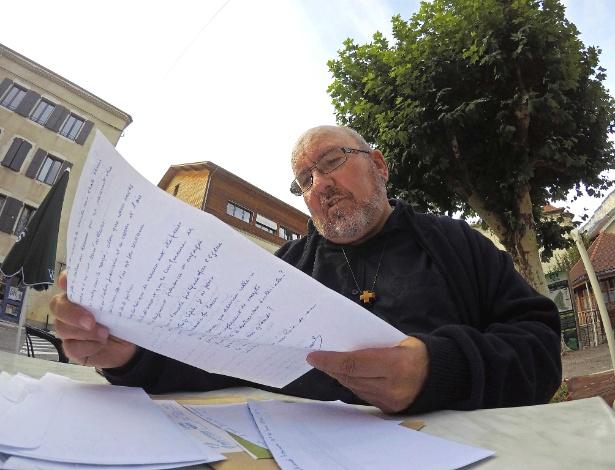 Padre Pierre Vignon lê carta escrita por um crítico em Saint-Martin-En-Vercors, na França