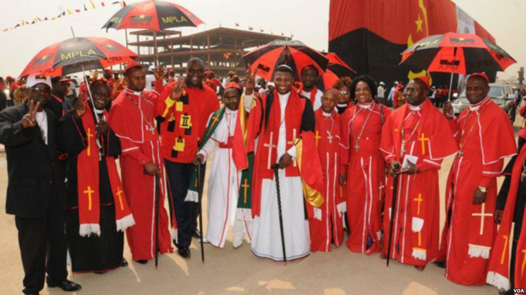 Religiosos num comício do MPLA, fotografados com o antigo Secretário Provincial Bento Bento. Foto: VOA