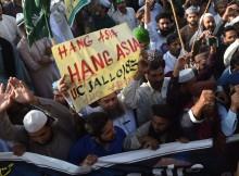 Manifestantes pedem o enforcamento de Asia Bibi num protesto em Lahore, a 19 de outubro - ARIF ALI AFP GETTY IMAGES