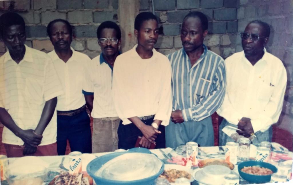 Francisco Kitekulo, Joaquim Arsénio, José João (em memória), Maurício Aramando, Domingos Tomé, Martinho Cassinda (em memória), a volta da mesa, no aniversário do coral em 92