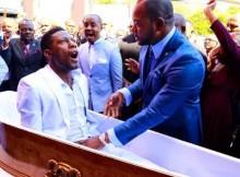 Profeta Alph Lukau realizando a ressurreição , Imagem via Twitter, @AlphLukau