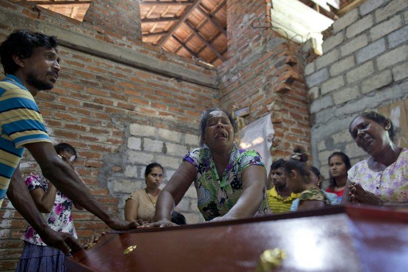 Lalitha chora sobre o caixão da sobrinha de 12 anos, Sneha Savindi, que foi vítima do ataque à igreja de St. Sebastian, no domingo de Páscoa, no Sri Lanka. (Foto, AP Photo,Gemunu Amarasinghe)