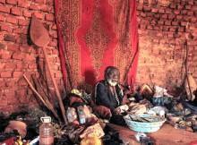 Feiticeiro em Uganda. (Foto: Tyler Allyn)