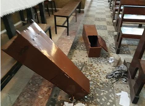 Não se sabe o valor roubado destes cofres atirados ao chão. (Foto: DR)